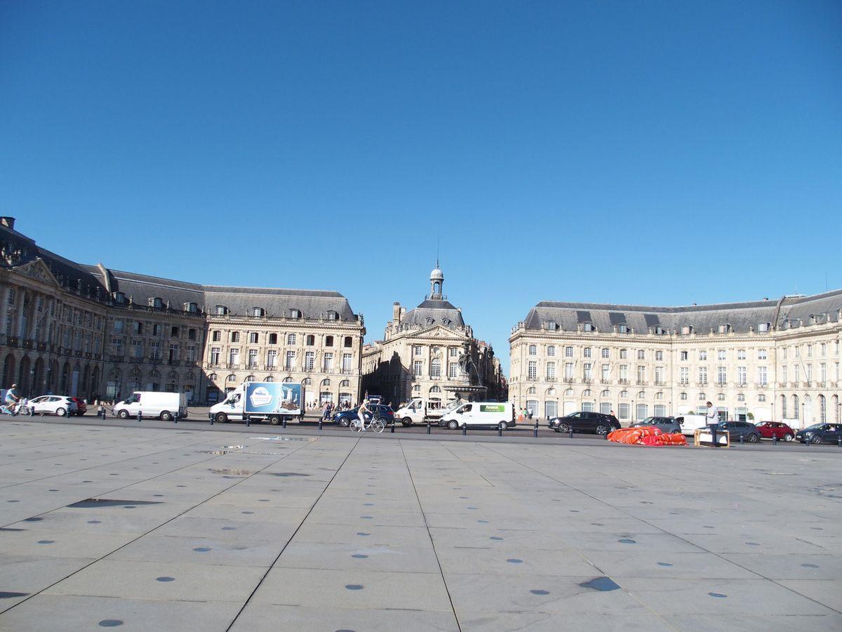 Nous arrivons Place de la Bourse, et le miroir d'eau où se reflètent les façades. Le musée National des Douanes sur cette place