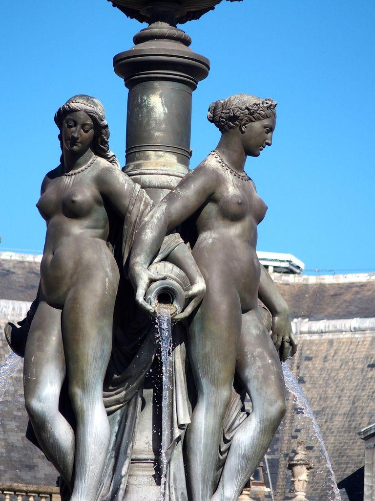Au centre de la place de la Bourse, la fontaine des trois grâces