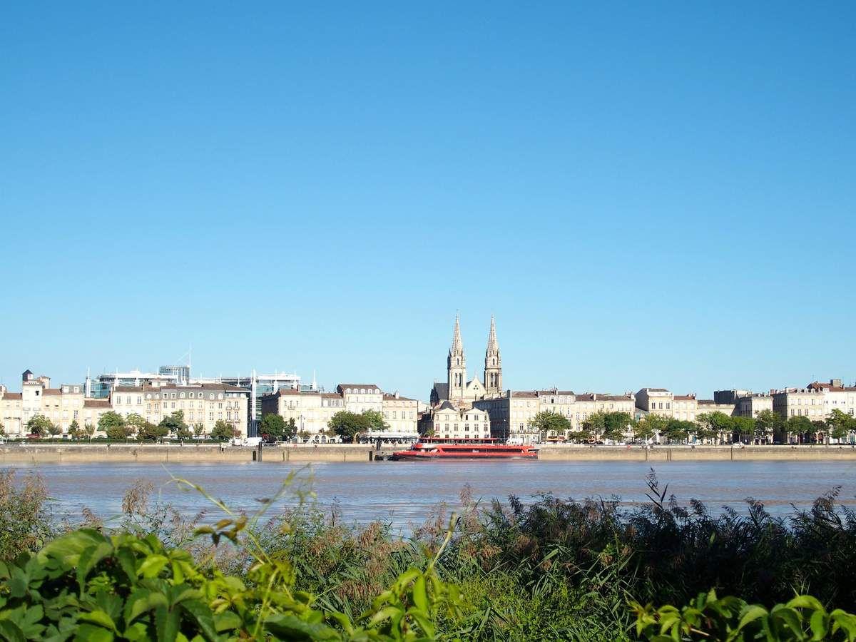 Dès le matin nous prenons le tram pour retourner dans le quartier de la Bastide,de l'autre côté de la Garonne, pour revoir la ville sous le soleil levant.