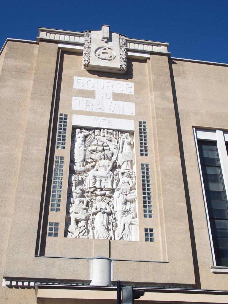 Sur la même place, l'hôpital St André et le palais de justice. Un peu plus loin la bourse du travail
