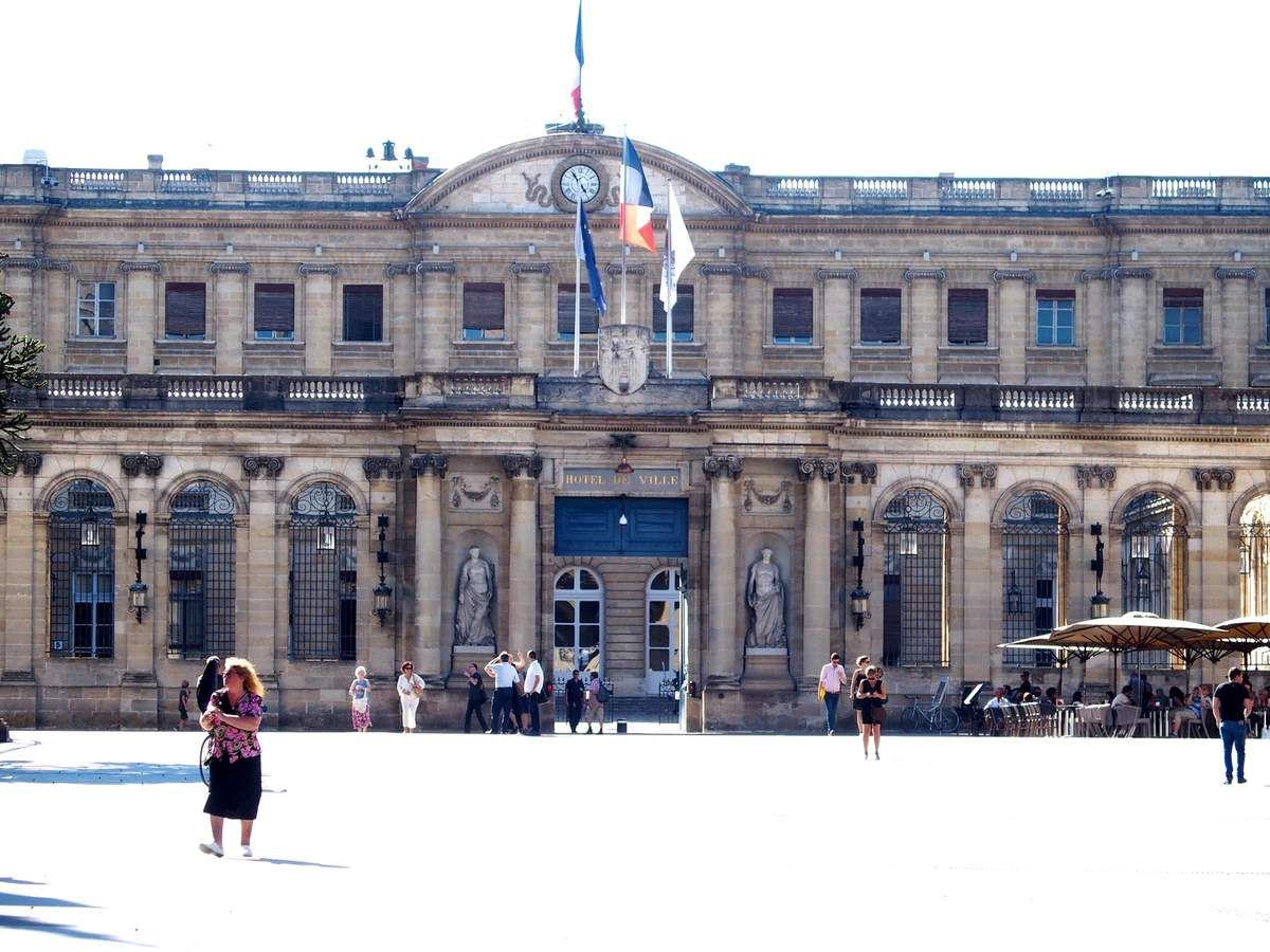 Après le tour en bus nous reprenons notre circuit à pied: l'hôtel de ville et le musée situé derrière