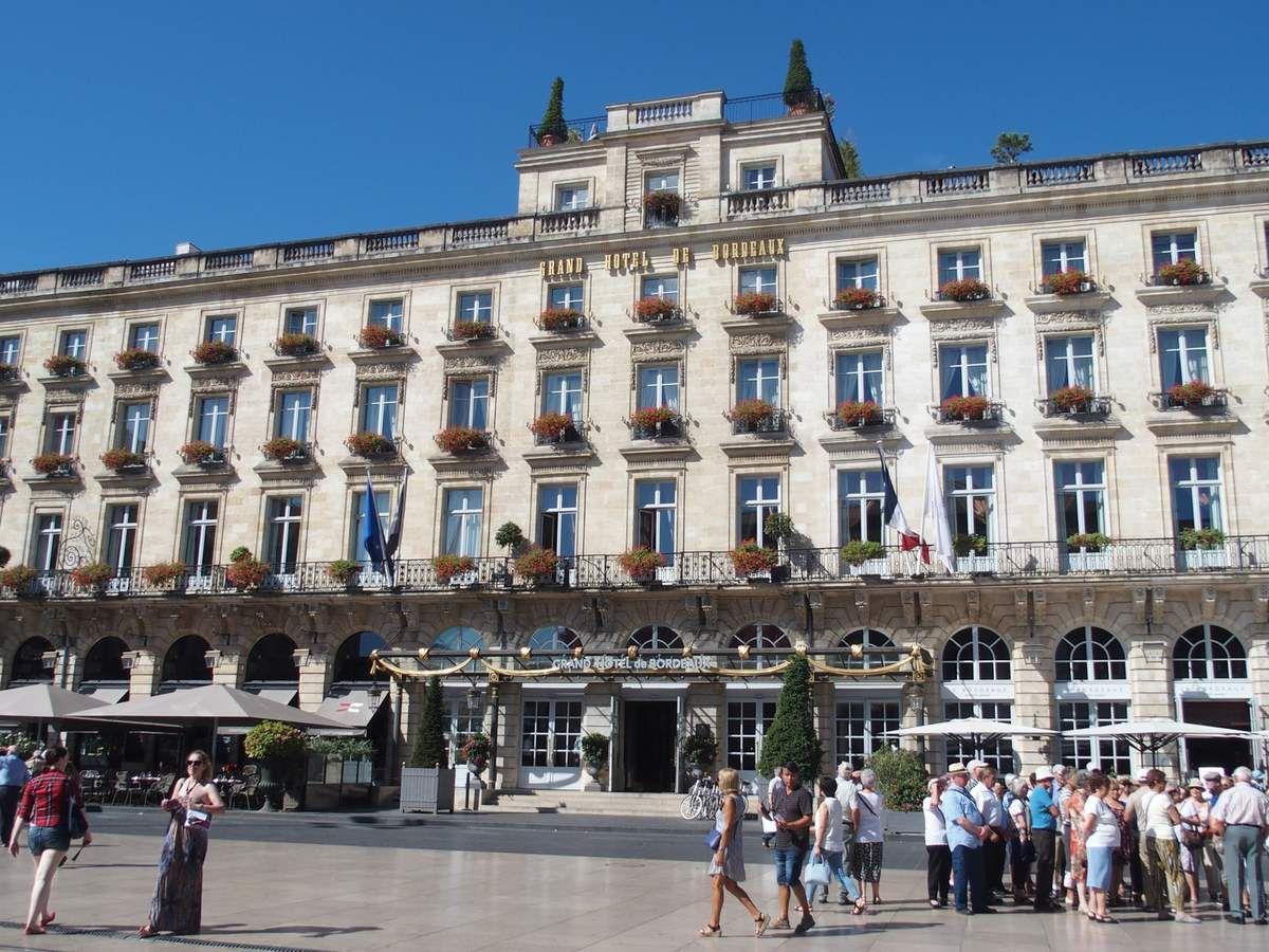 Face au théâtre, le grand hôtel, place de la comédie. Puis la maison Gobineau qui fait le coin entre la  place de la comédie et l'allée de Tourny, à nouveau le théâtre.