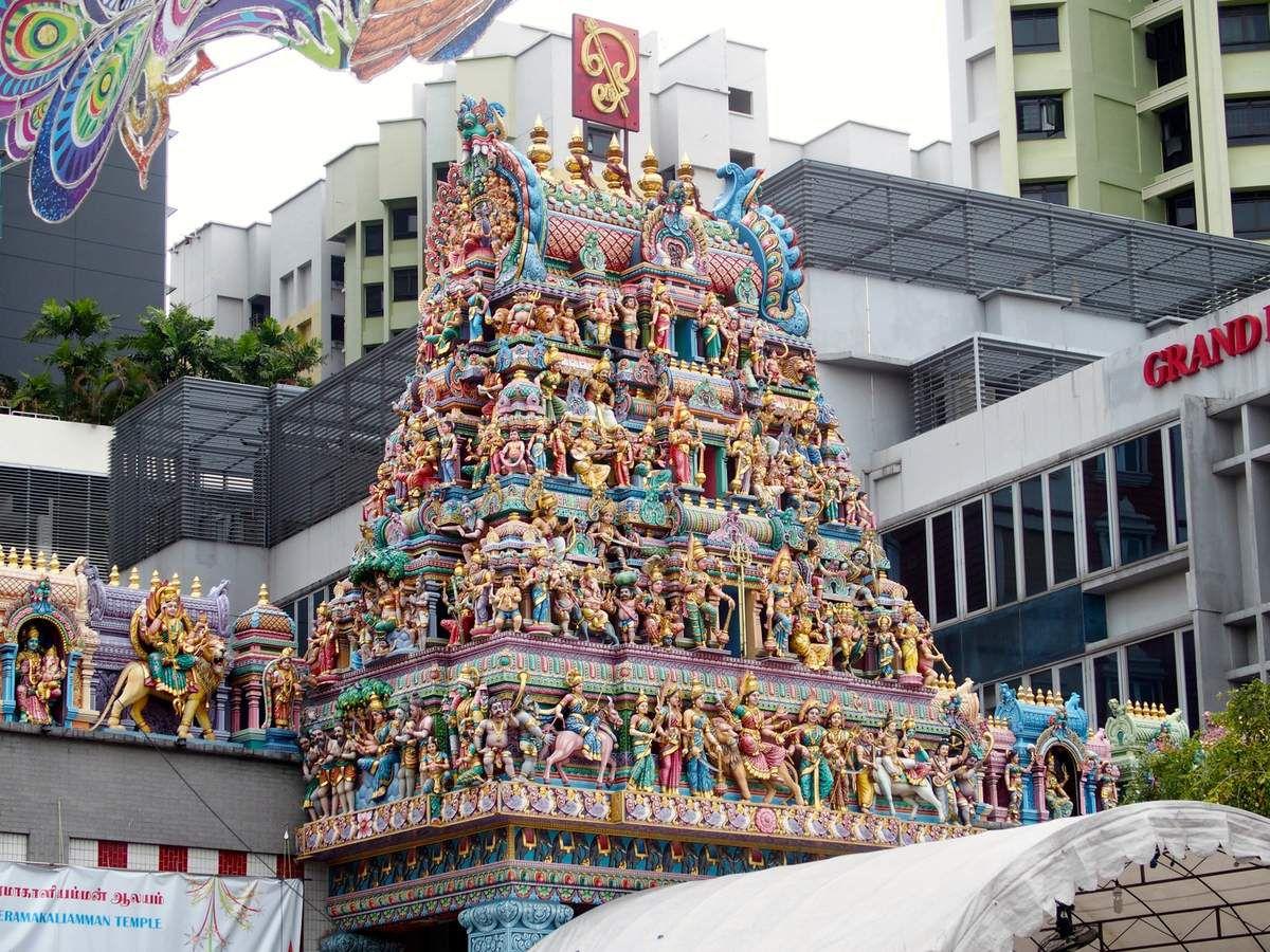 Sri Veeramakaliamman Temple....temple non visité le samedi, lors de notre 1er séjour, trop de monde et une pluie intense. Les personnes surtout les dames étaient en superbes tenues de fête. Nous reviendrons à Singapour et pourront aller le visiter en semaine, heureusement car c'est un endroit superbe.  Temple dédié à la féroce Kali....