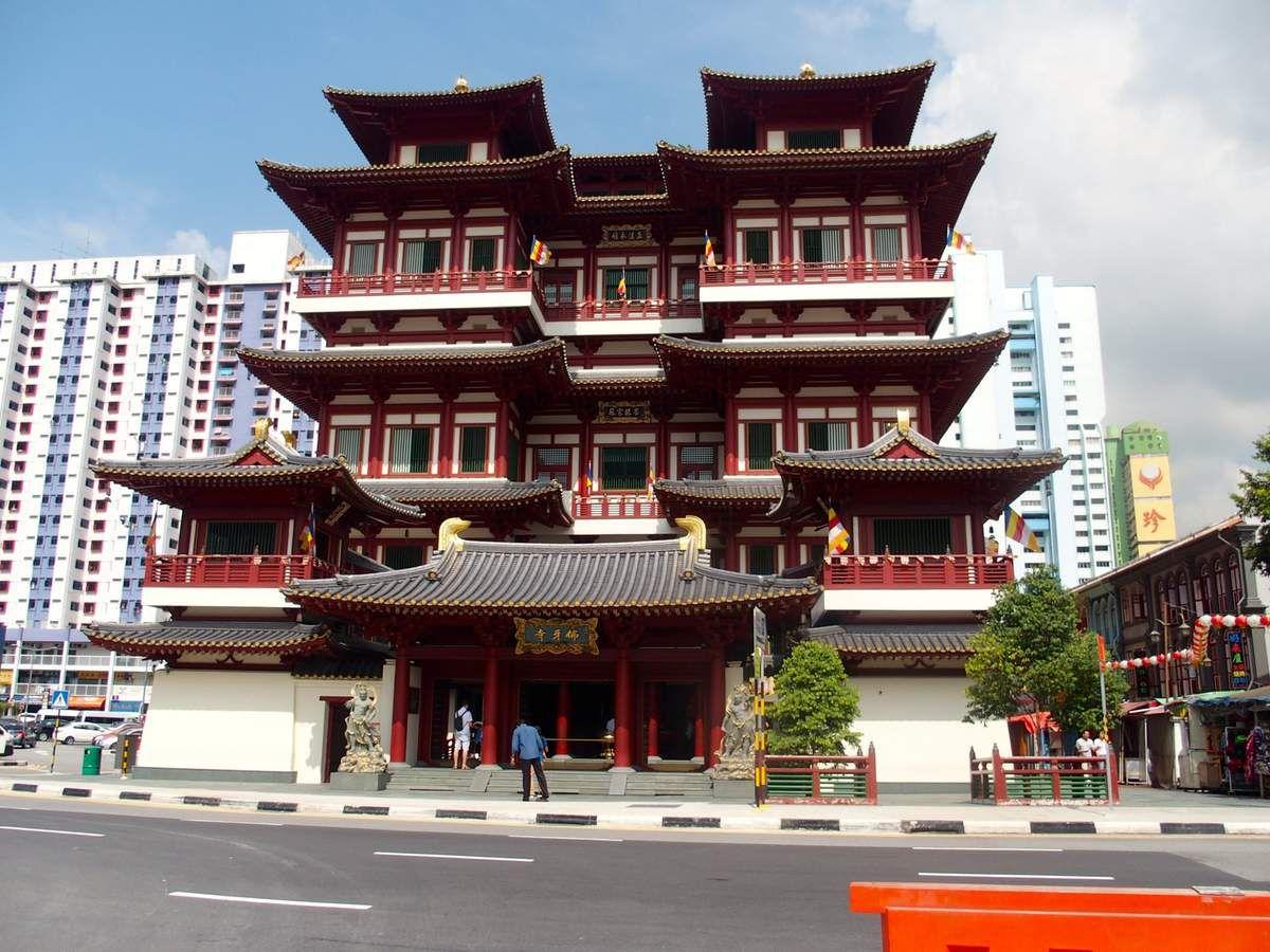 Toujours dans le quartier chinois: Buddha Tooth Relic Temple, caché dans la ville. Certainement le plus grand et le plus beau temple bouddhiste, doté de plusieurs sanctuaires, d'un théâtre, d'un jardin ...
