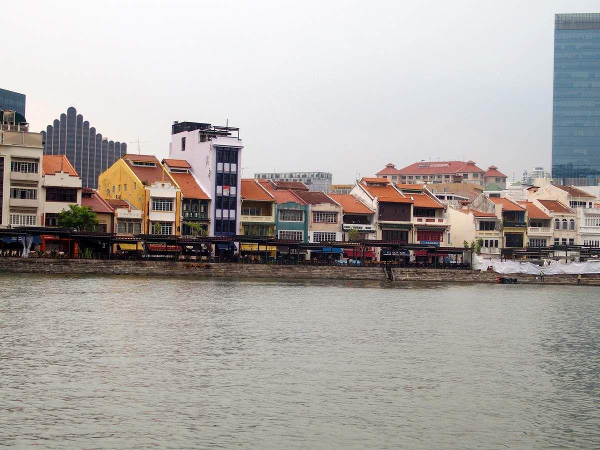 Singapour River Walk, une jolie promenade en bateau, Cavenagh bridge...et différents édifices et quartiers découverts depuis le bateau.