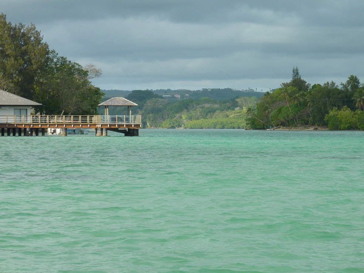 Nous partons à Erakor et prenons cette petite embarcation. Une petite île que nous adorons