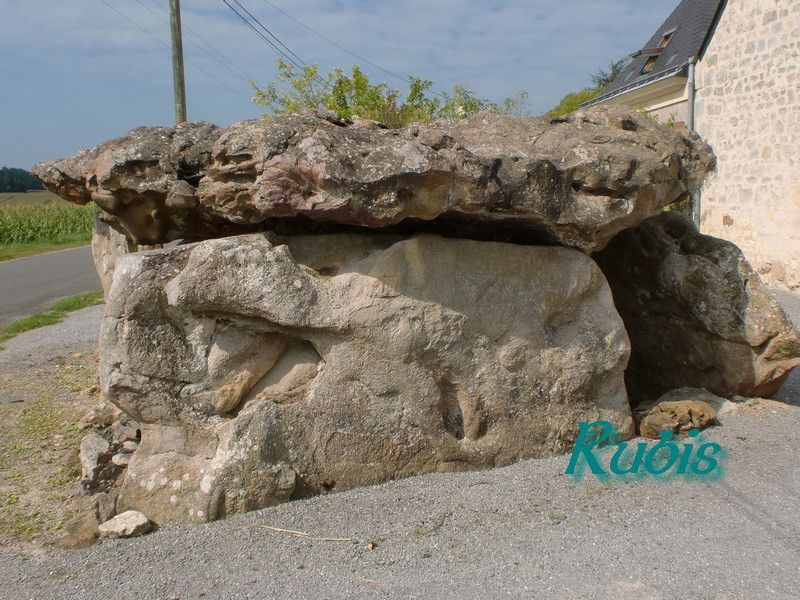 Dolmen de Montsabert ou des Caillières ou des Caves Cinq Pierres (saint Pierre), Coutures