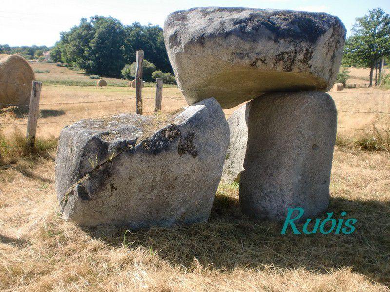 Pseudo-dolmen des Villettes, Saint-Fiel
