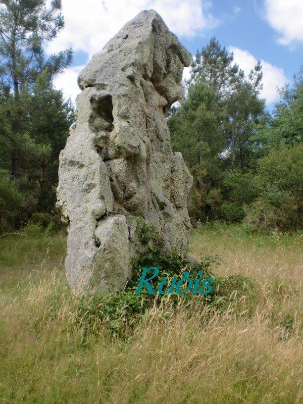 Menhir de la Pierre Levée de Courçu, Les Trois Moutiers