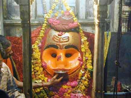 काल भैरव मंदिरkal-bhairav-mandir- मध्य प्रदेश के उज्जैन शहर से करीब 8 किलो मीटर दूर कालभैरव मंदिर स्थित है। भगवान कालभैरव को प्रसाद के तौर पर केवल शराब ही चढ़ाई जाती है। शराब से भरे प्याले कालभैरव की मूर्ति के मुंह से लगाने पर वह देखते ही देखते खाली हो जाते हैं। मंदिर के बाहर भगवान कालभैरव को चढ़ाने के लिए देसी शराब की आठ से दस दुकानें लगी हैं। मंदिर में शराब चढ़ाने की गाथा भी बेहद दिलचस्प है। यहां के पुजारी बताते हैं कि स्कंद पुराण में इस जगह के धार्मिक महत्व का जिक्र है। इसके अनुसार, चारों वेदों के रचयिता भगवान ब्रह्मा ने जब पांचवें वेद की रचना का फैसला किया, तो उन्हें इस काम से रोकने के लिए देवता भगवान शिव की शरण में गए। ब्रह्मा जी ने उनकी बात नहीं मानी। इस पर शिवजी ने क्रोधित होकर अपने तीसरे नेत्र से बालक बटुक भैरव को प्रकट किया। इस उग्र स्वभाव के बालक ने गुस्से में आकर ब्रह्मा जी का पांचवां मस्तक काट दिया। इससे लगे ब्रह्म हत्या के पाप को दूर करने के लिए वह अनेक स्थानों पर गए, लेकिन उन्हें मुक्ति नहीं मिली। तब भैरव ने भगवान शिव की आराधना की। शिव ने भैरव को बताया कि उज्जैन में क्षिप्रा नदी के तट पर ओखर श्मशान के पास तपस्या करने से उन्हें इस पाप से मुक्ति मिलेगी। तभी से यहां काल भैरव की पूजा हो रही है। कालांतर में यहां एक बड़ा मंदिर बन गया। मंदिर का जीर्णोंद्धार परमार वंश के राजाओं ने करवाया था।
