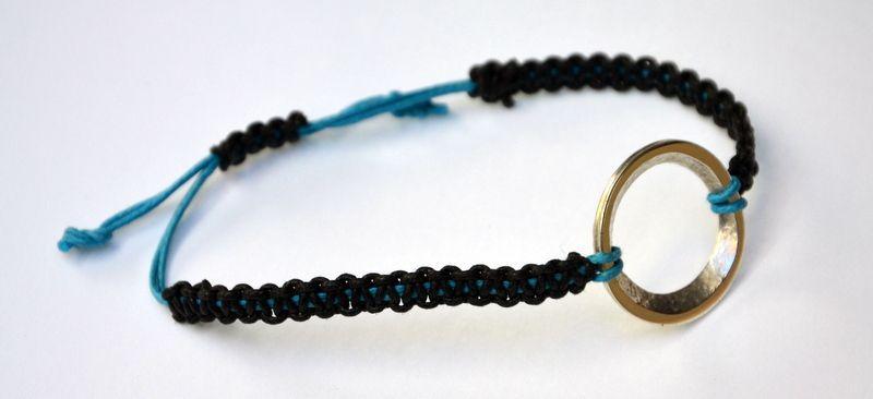 Anneau laminé argent 925 sur bracelet coton.