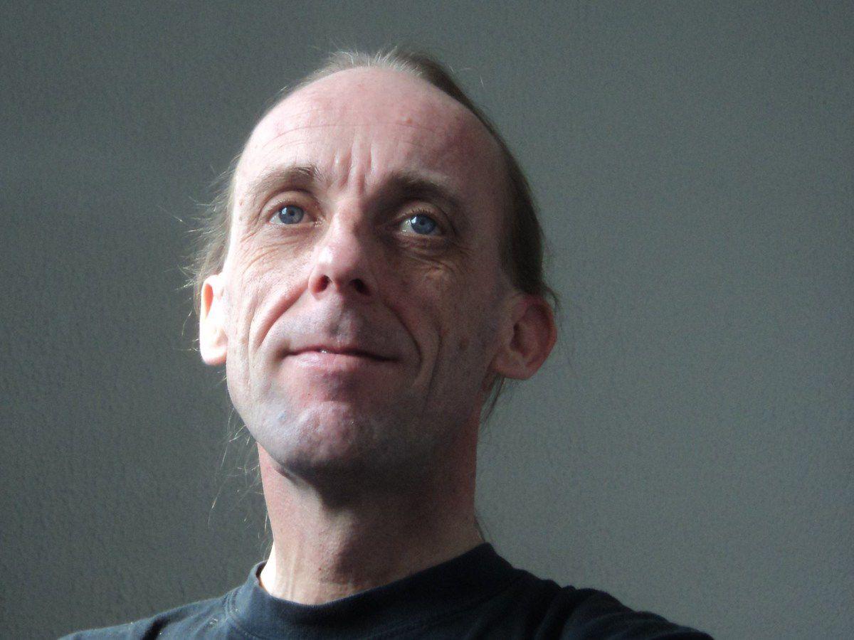Fred Tango Plume, un danseur de tango argentin qui accumule tous les défauts de l'homme: je suis un trigenre sapho-gynarchiste macho travesti hyper sensible schizoïdalement altocalciphile qui défend les droits de la tanguera sur le dancefloor. Boutade mise à part, si cet article vous a plu, quel que soit le genre d'oiseau que vous êtes, partagez-le sur votre réseau tango social préféré! ~ Abrazo fuerte ~