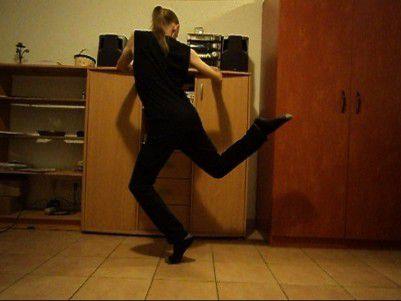 Une petite arabesque en passant... Quelle surprise de découvrir tout ce que peut faire la jambe libre de la danseuse de tango! Lady Plume s'amuse!