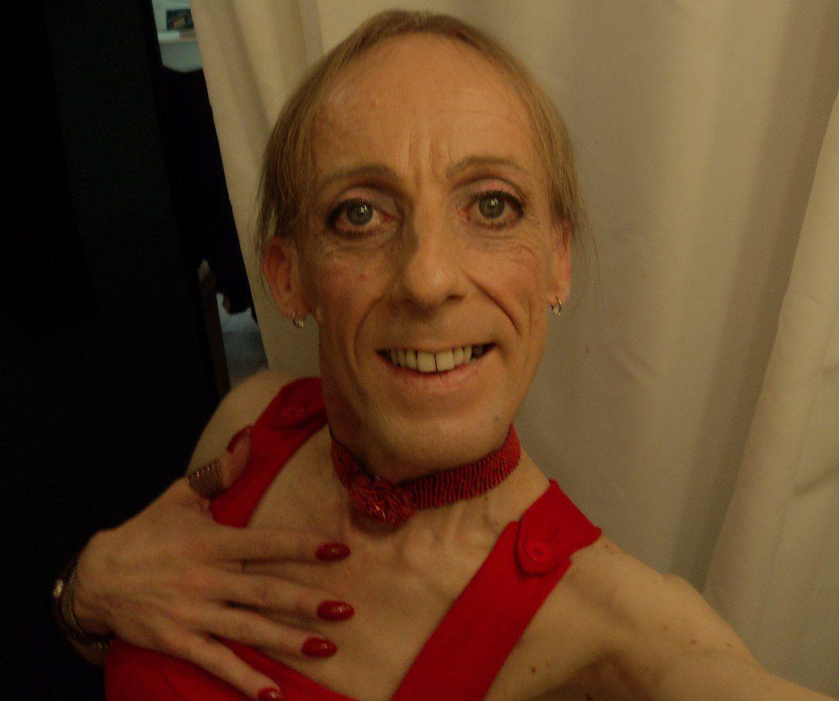Miss Violette Frédérique Françoise Z. alias Mademoiselle Plume, femme gay transgenre travestie, écrivaine blogueuse, artiste gothiste et danseuse guidée/meneuse de tango argentin dans le sud-est de la France, Avignon Vaucluse