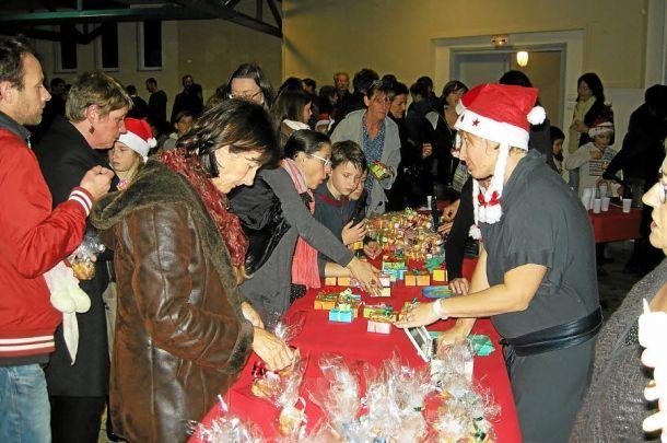 L'équipe enseignante avait préparé, avec les élèves de chaque classe, des friandises, de la petite chocolaterie, des truffes maisons et des petits biscuits.