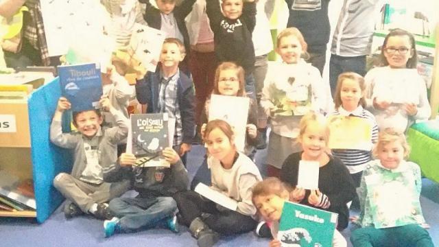 Les élèves et leur maîtresse présentent les livres sélectionnés.