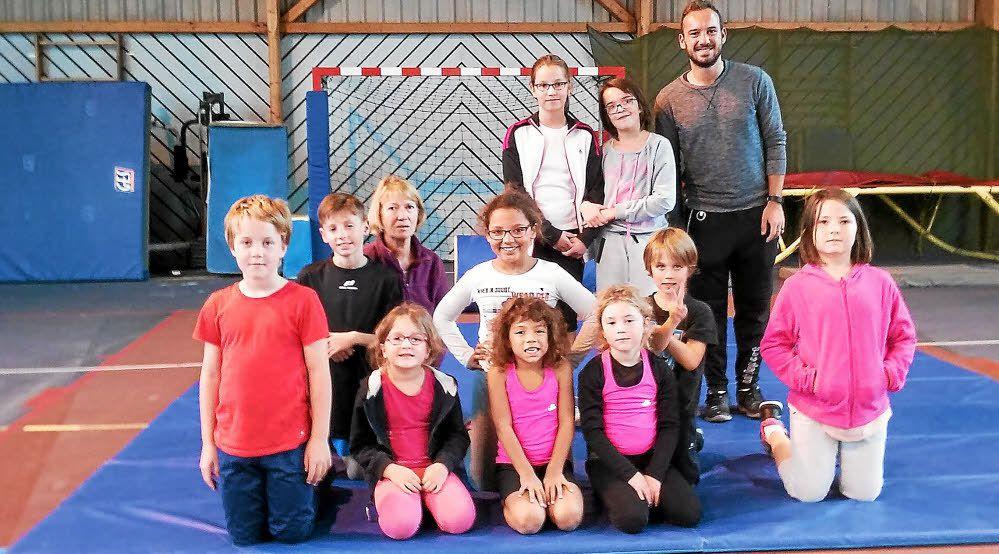 Le groupe composé de quatorze enfants à l'école de gym de l'ASCBH a dit au revoir à l'animateur, Kevin Boraud, qui sera remplacé après les vacances de la Toussaint par un autre animateur de Profession sport 56.