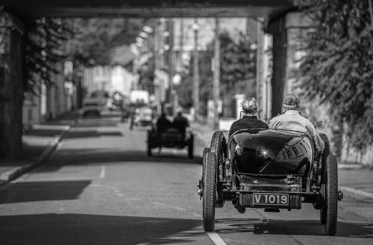 Becca Parker, photographe qui suit le VSCC (Vintage Sports Car Club) en a profité pour me prendre en photo alors que la Mercédès  approchait.