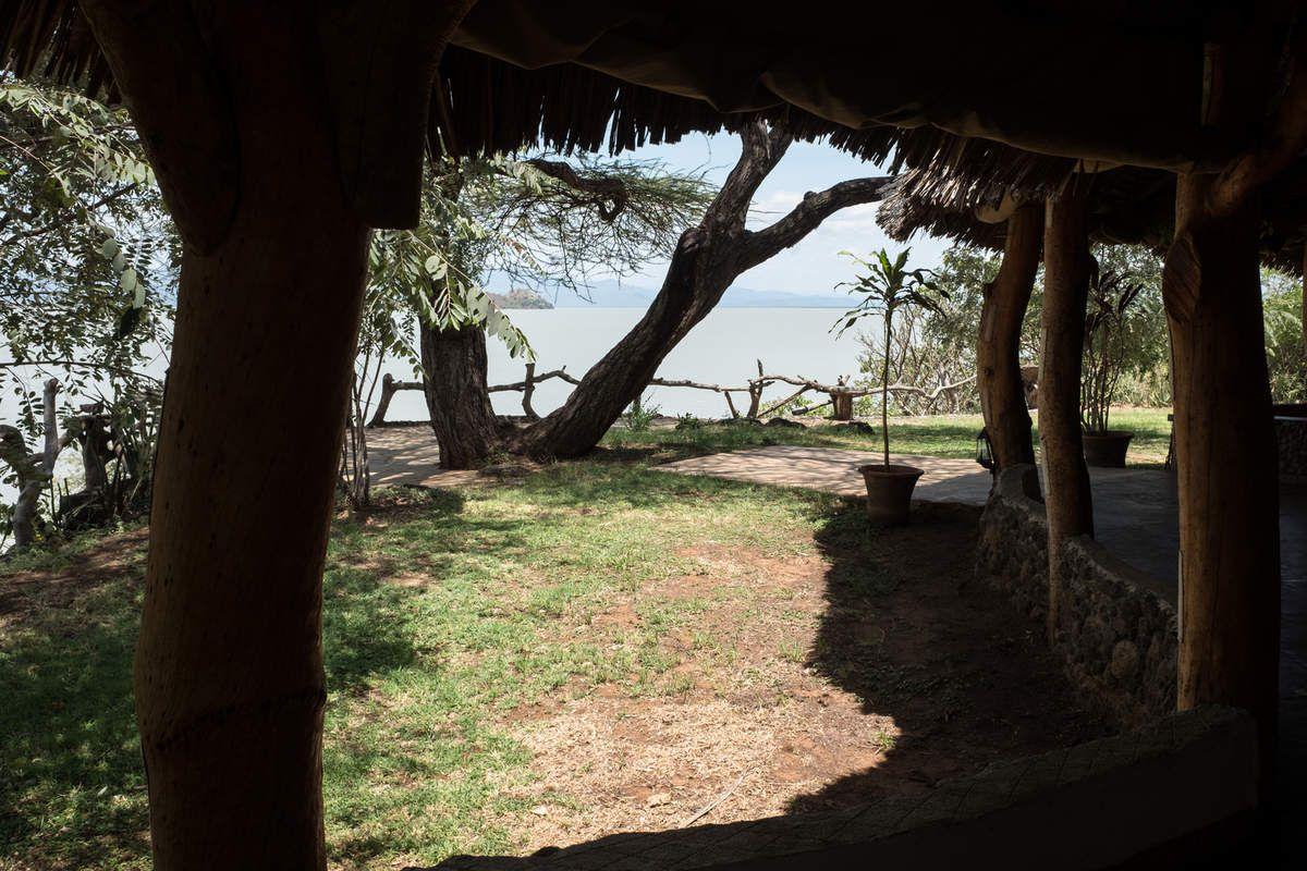Lever de soleil rougeoyant dès 6h15.Vue imprenable sur le lac, chambres ouvertes. Salle des repas aérée et spacieuse, le rêve! Piscine rafraîchissante!