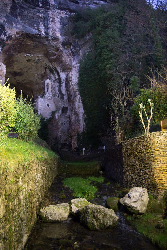Sortie de la grotte éclairée par les spots à la tombée du jour