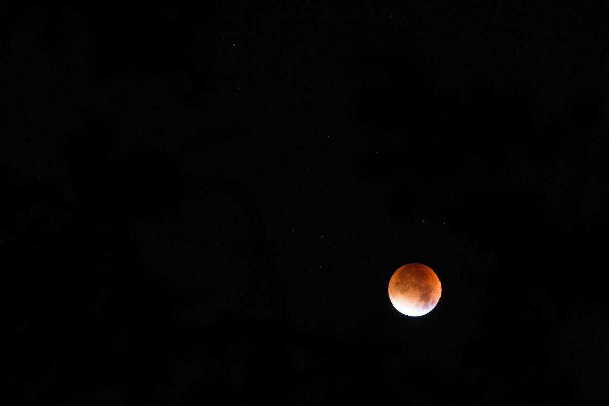 Lune seule au coeur de l'éclipse