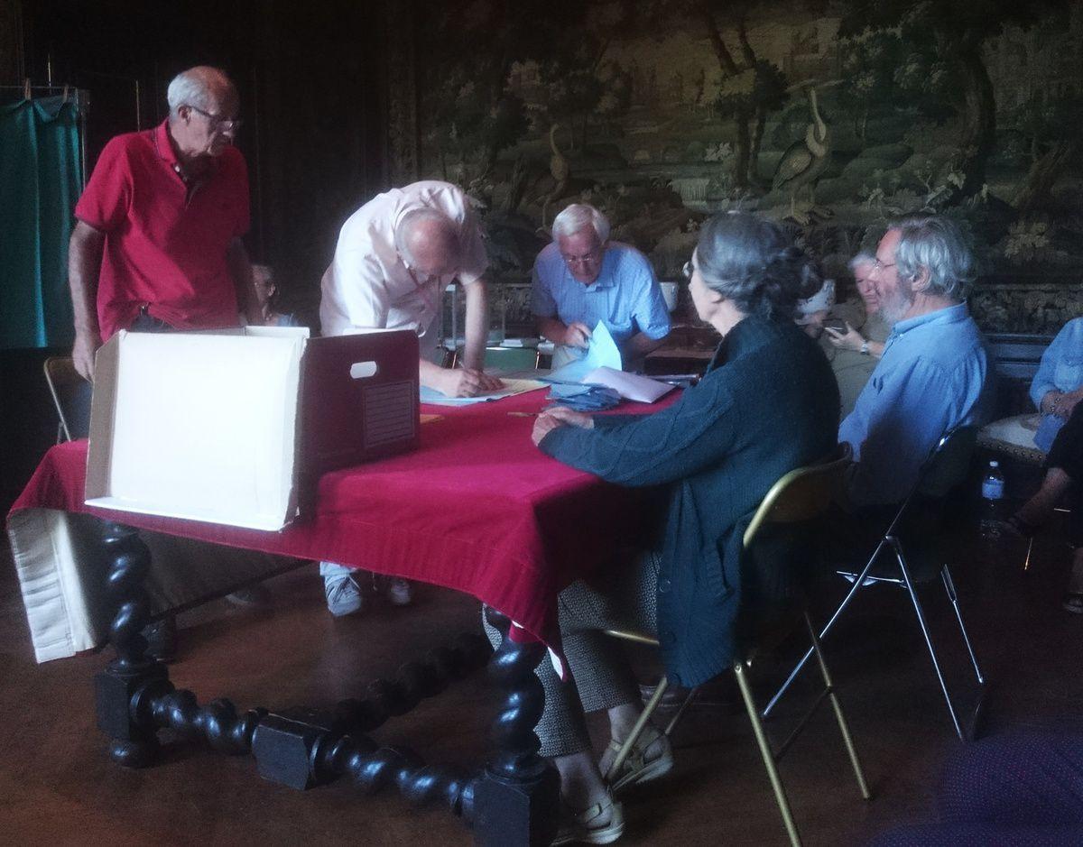 Dépouillement au bureau de vote de Vézelay.