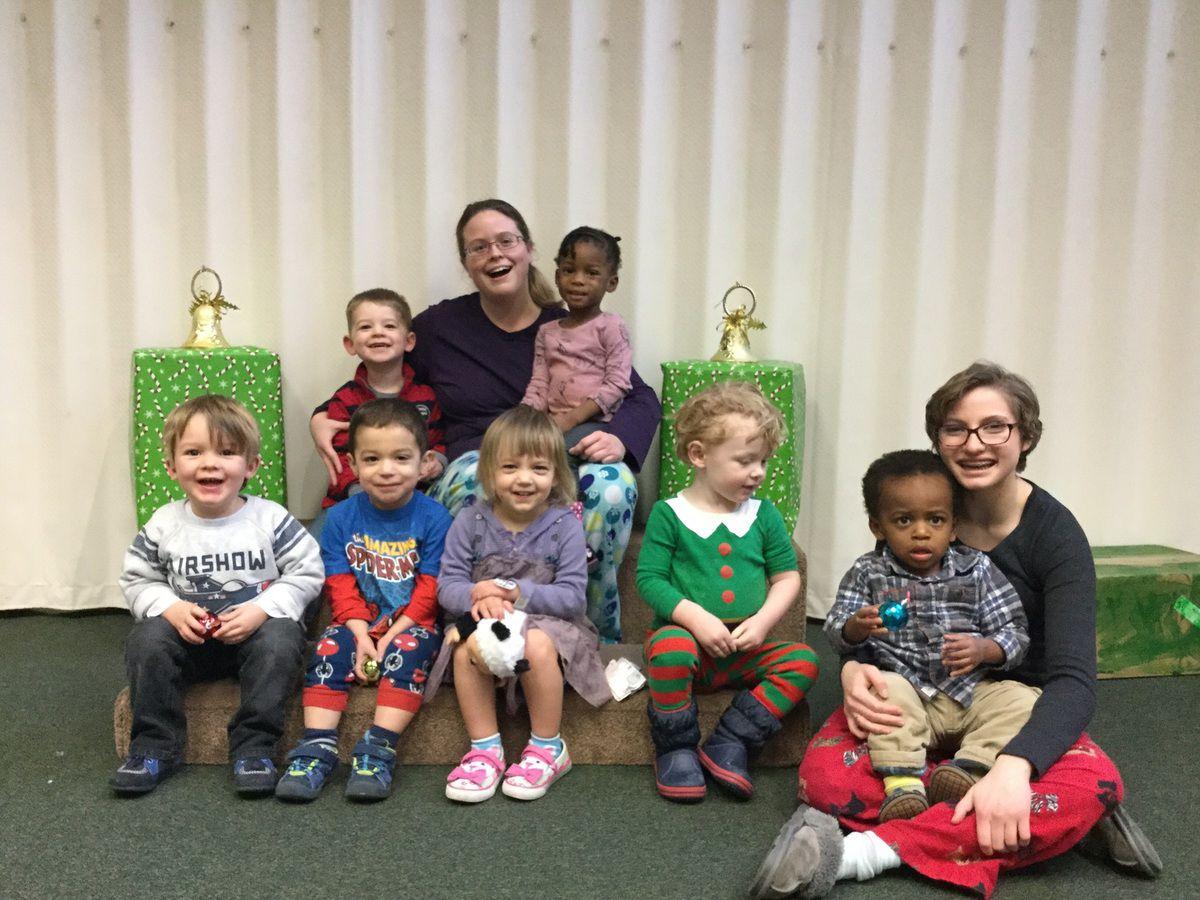 De gauche à droite, en haut : Teddy, Lisa (Maîtresse 1), Olisa. En bas : Sacha, Harry, Laura, Liam, Sammy et Emma (Maîtresse 2)