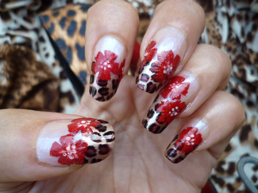 Nail art hibiscus sur french léopard en one stroke.