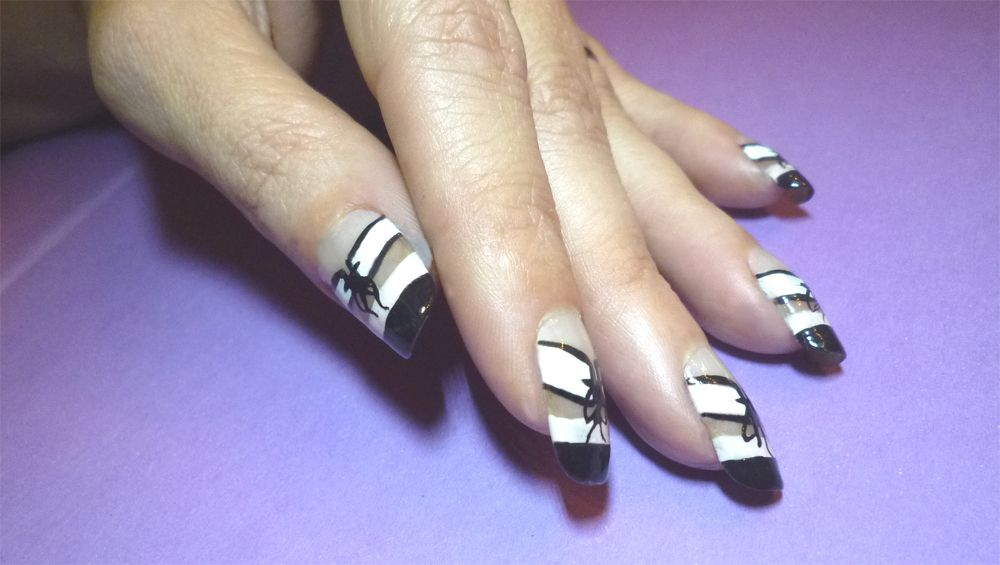 Nail art french double et mini corset assorti à chaussures sexy.