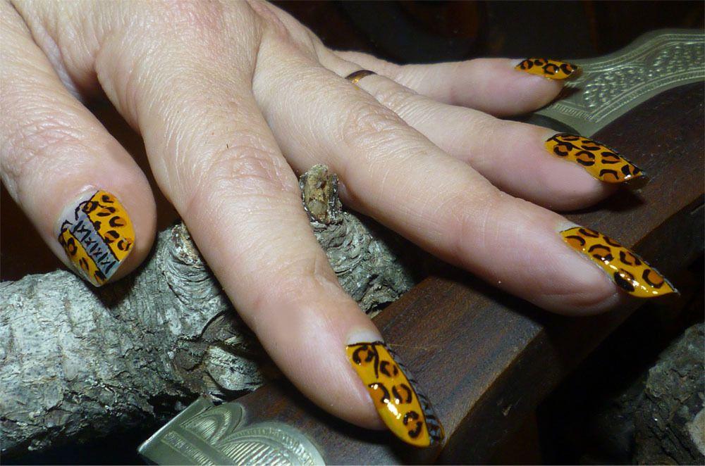 Nail art corset léopard au pinceau assorti à sandale sexy.