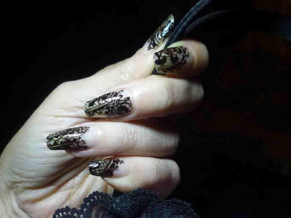 Nail art dentelle et résille au pinceau de détail.