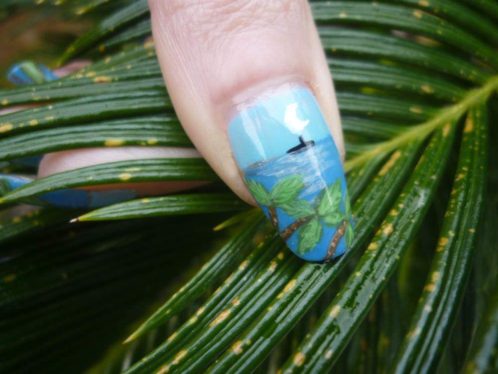 """Nail art """"palmiers vue mer au pinceau""""."""
