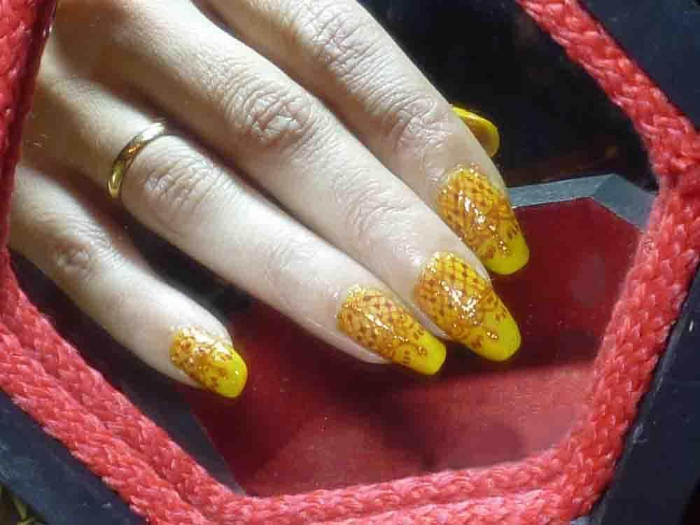 "Nail art ""influence orientale""sur fond jaune."