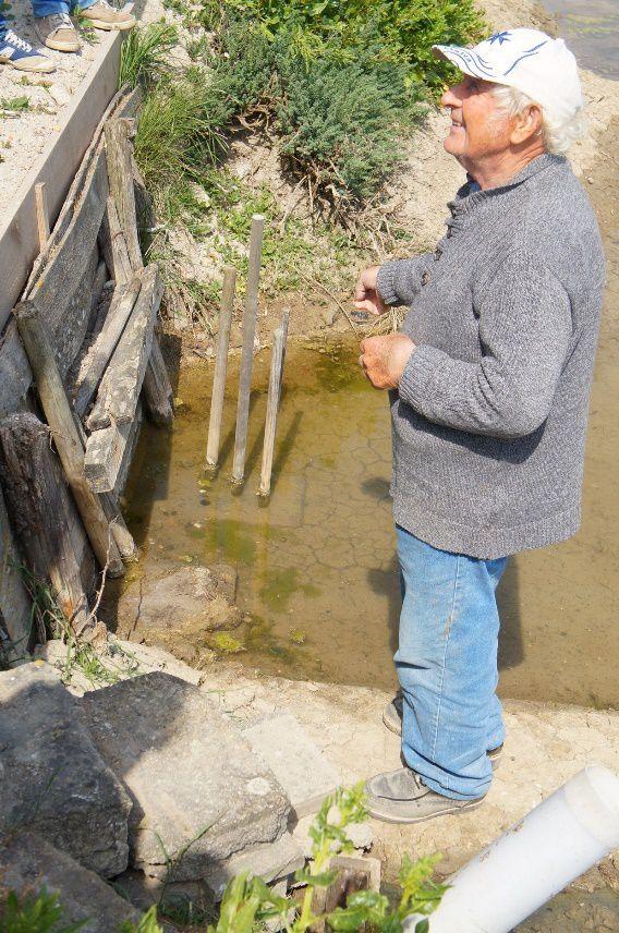 Gilbert devant son coeff de cheville (réglage d'alimentation en eau entre marégât et champ de marais).