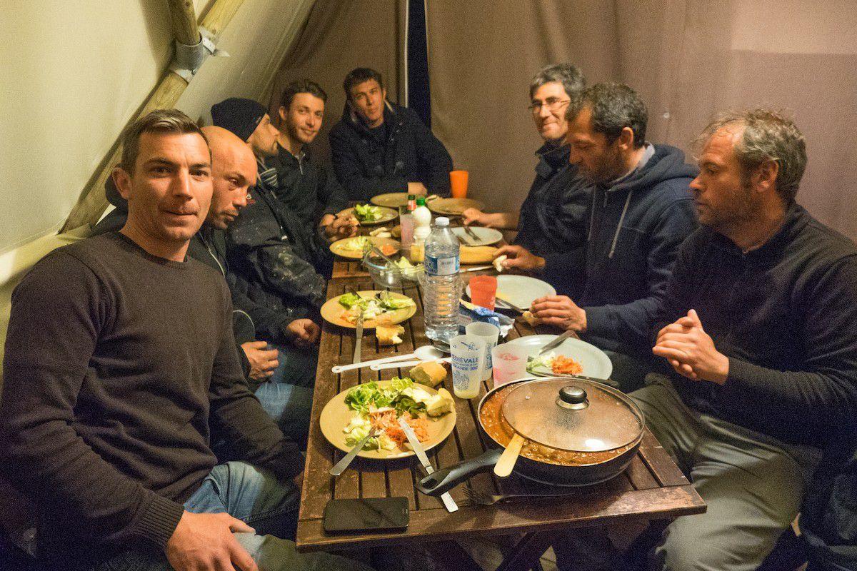 Nous prenons ensuite la route our l'île de Noirmoutier, nous voici ici à table sous le tipi.