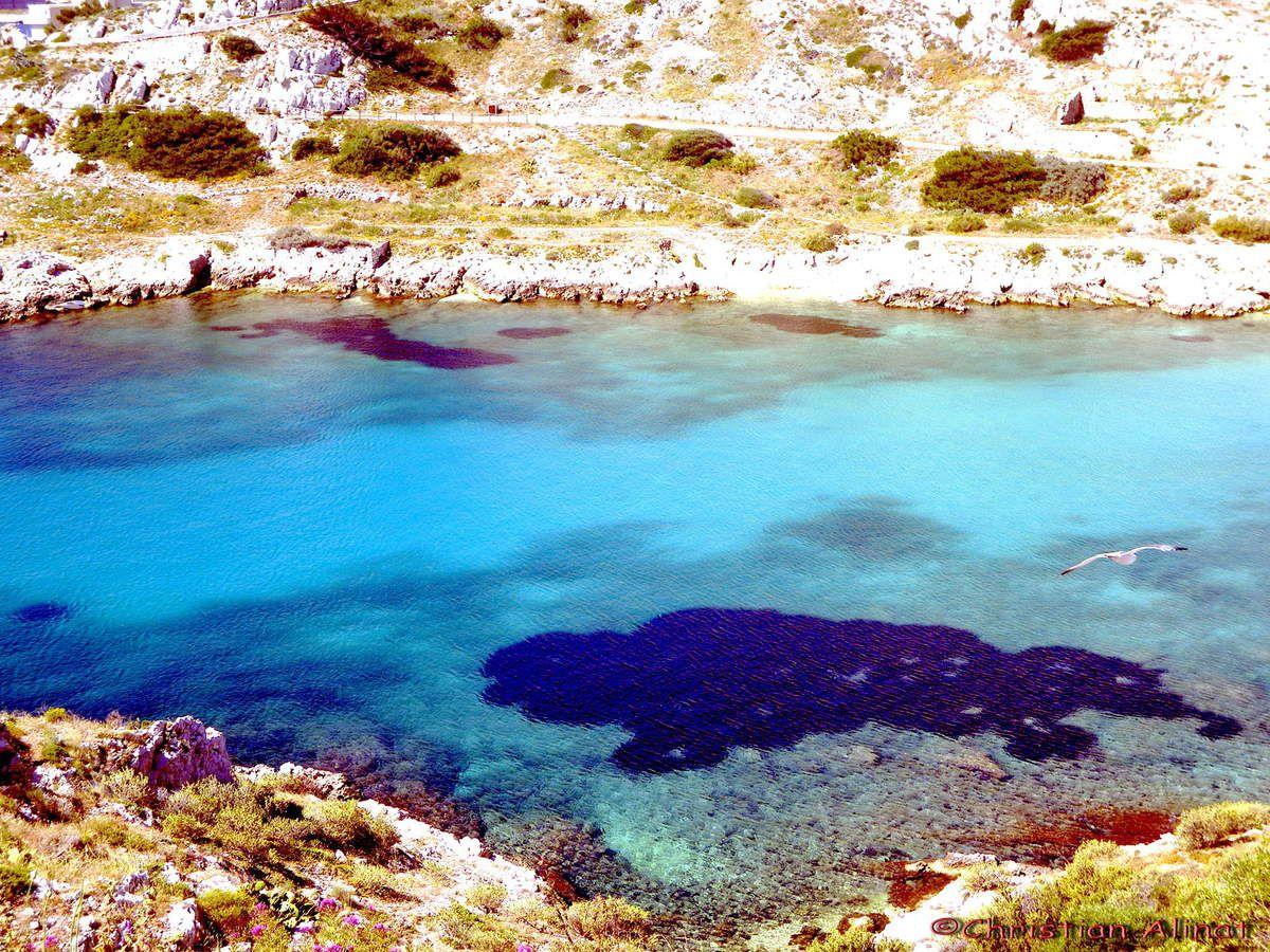 Le grand bleu, l'eau claire de ce joli archipel aux abords de Marseille et un de ses ports avec au loin Pomegues une de ses petites ïles rattachéess