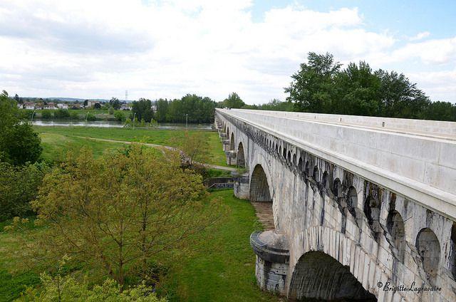 27 avril 2016 - Agen, les premières arches du pont-canal et la prairie. Derrière l'arbre, c'est la Masse qui passe dessous avant de rejoindre la Garonne un peu plus loin en aval. (Prise depuis le pont de l'avenue Georges Delpech)