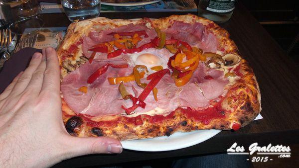 Pizza Regina : jambon, tomate, mozzarella, champignons avec suppléments oeufs et poivrons