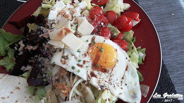 Salade d'été composée feta œuf tomate