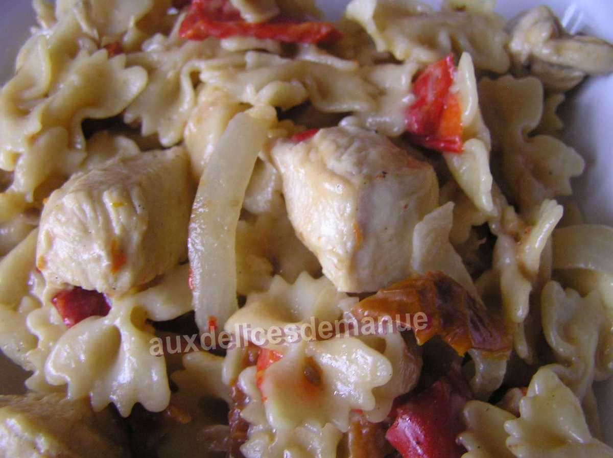 sauté de poulet au poivron, féta, tomates confites et ses pâtes