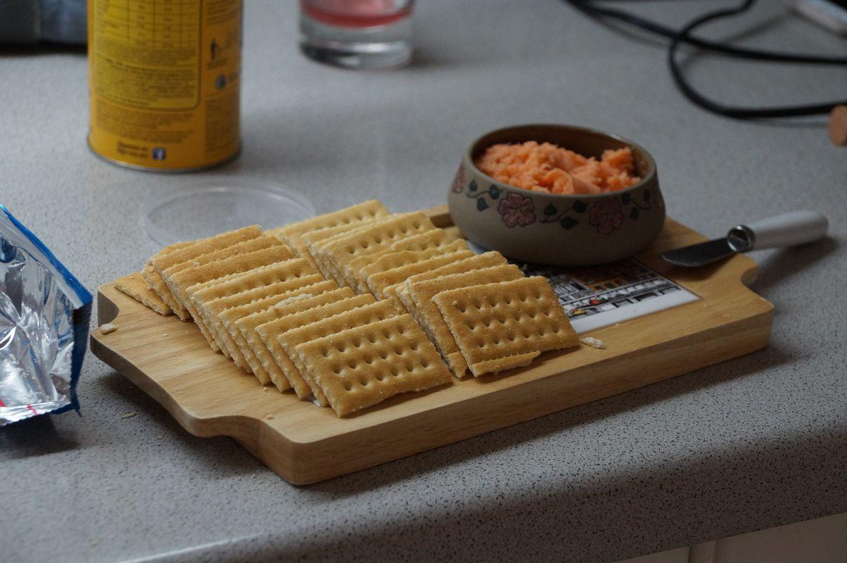 Cracker mit Lachspaste