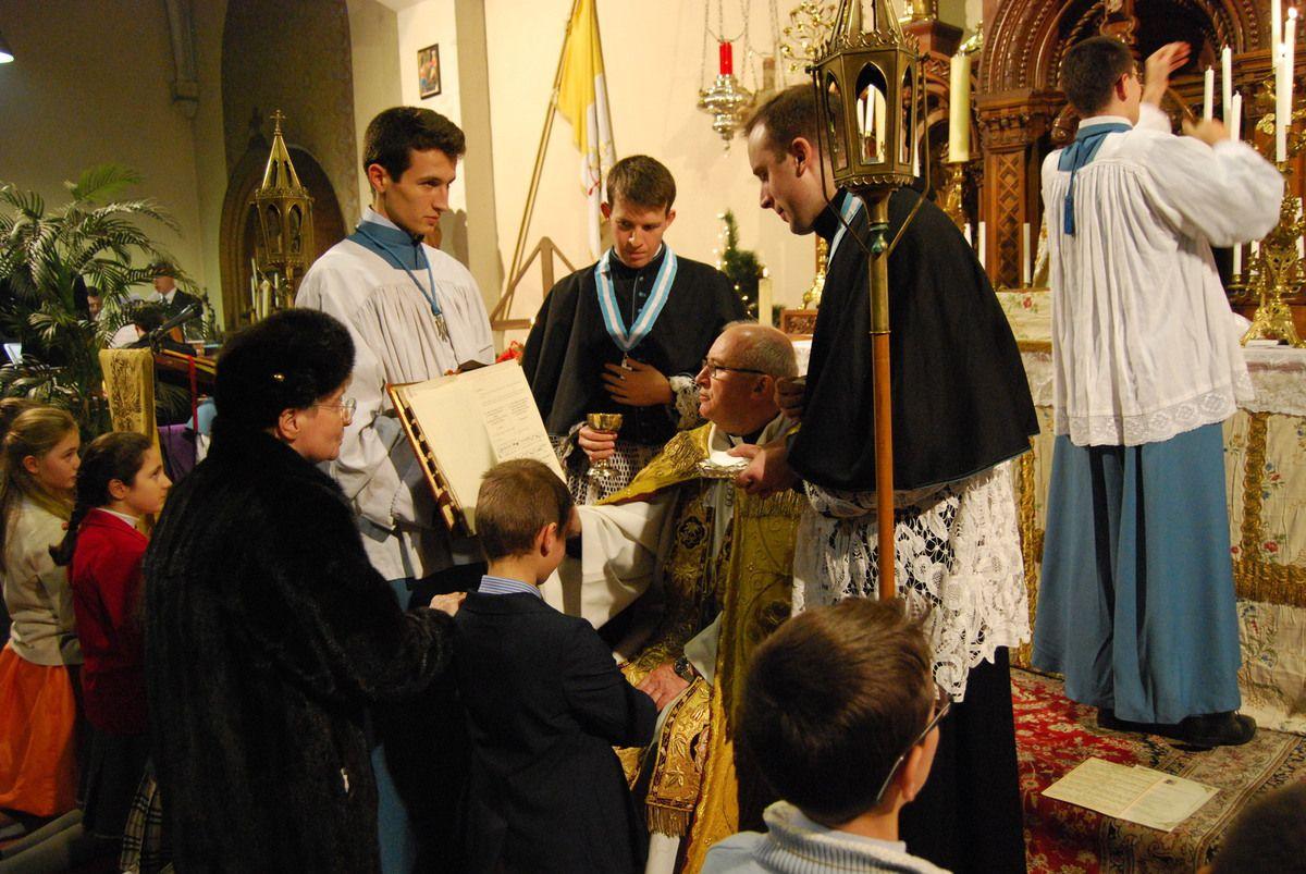 samedi 6 décembre dernier, 1er samedi du mois, au cœur de la neuvaine préparatoire à la grande fête de l'Ilmmaculée, Monseigneur Henri Chesnel est venu donner le sacrement de la confirmation à 26 paroissiens dans une chapelle comble.