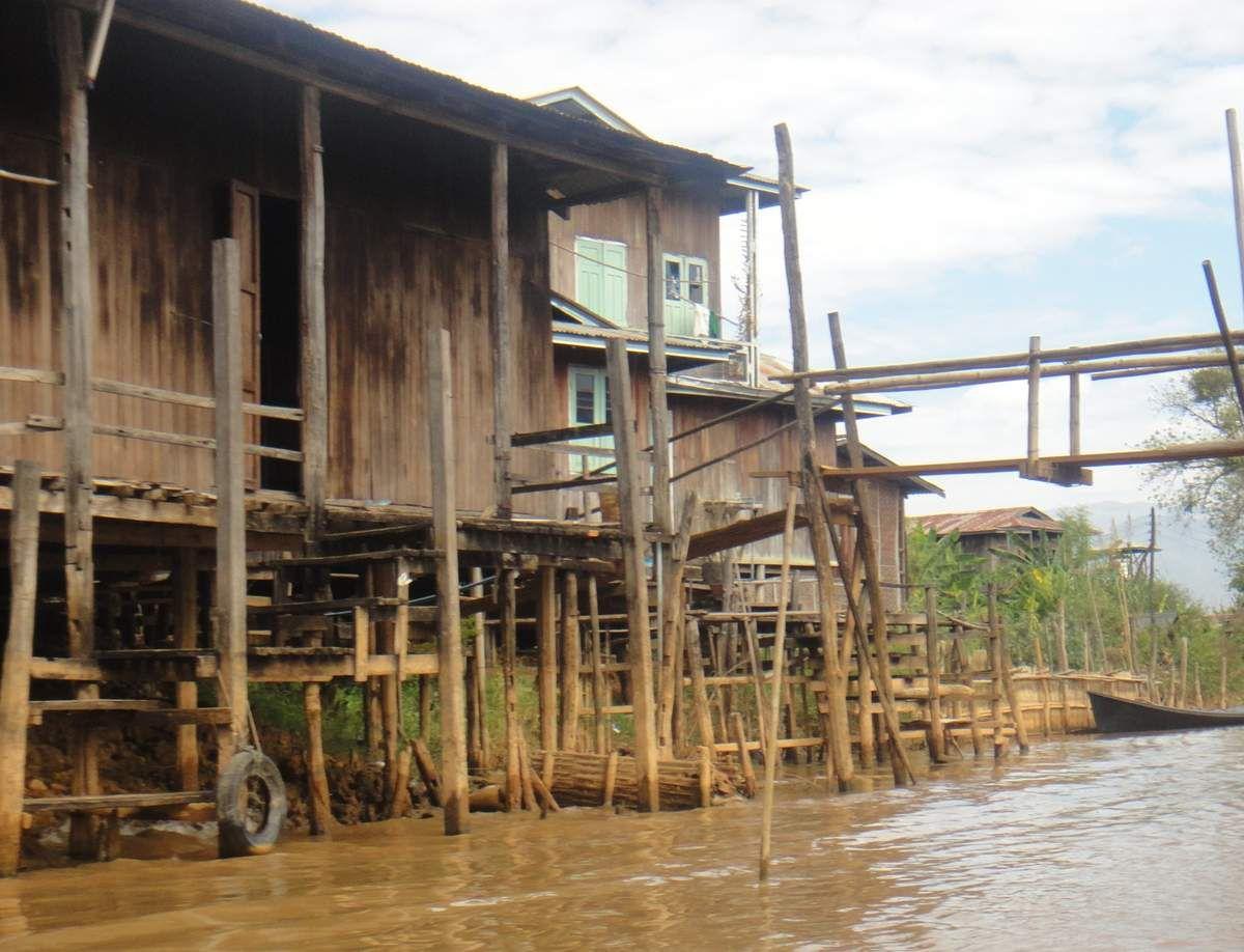 VUE CONSTRUCTION SUR LES BORDS DU LAC INLE