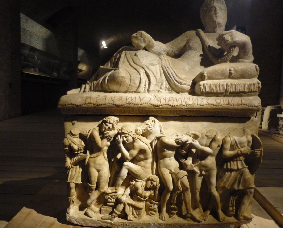 Urna in alabastro con Oreste e Ifigenia in Tauride da Sarteano, podere Le Tombe — Tomba dei Cumera (fin du IIIe- début du IIe  siècle av. J.-C.)
