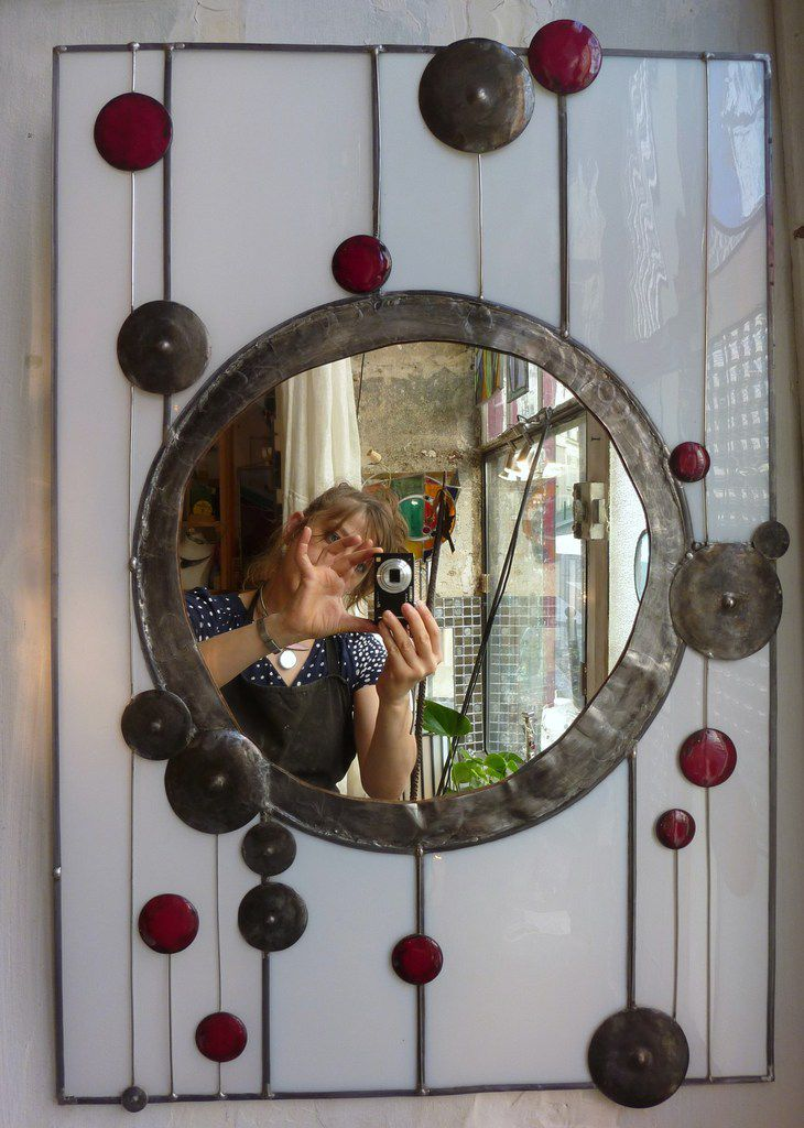 Grand miroir en verre plaqué opaline, émail rouge, et métal 70x48 cm              580€