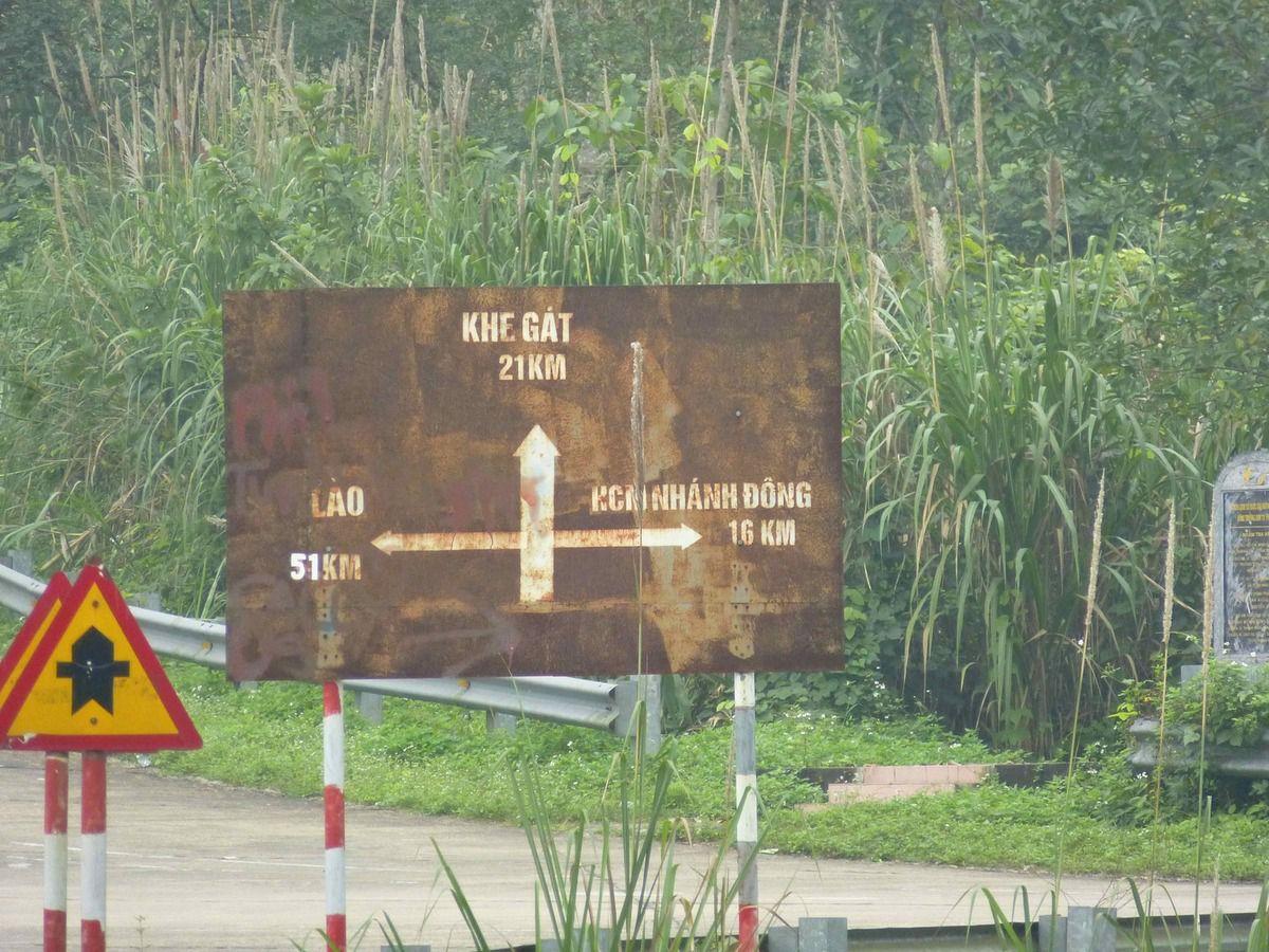 La route qui part à droite, voie de substitution à la route Ho Chi Minh, fut tellement bombardée qu'on estime qu'il y a eu 1 mort par mètre de route construite !!!