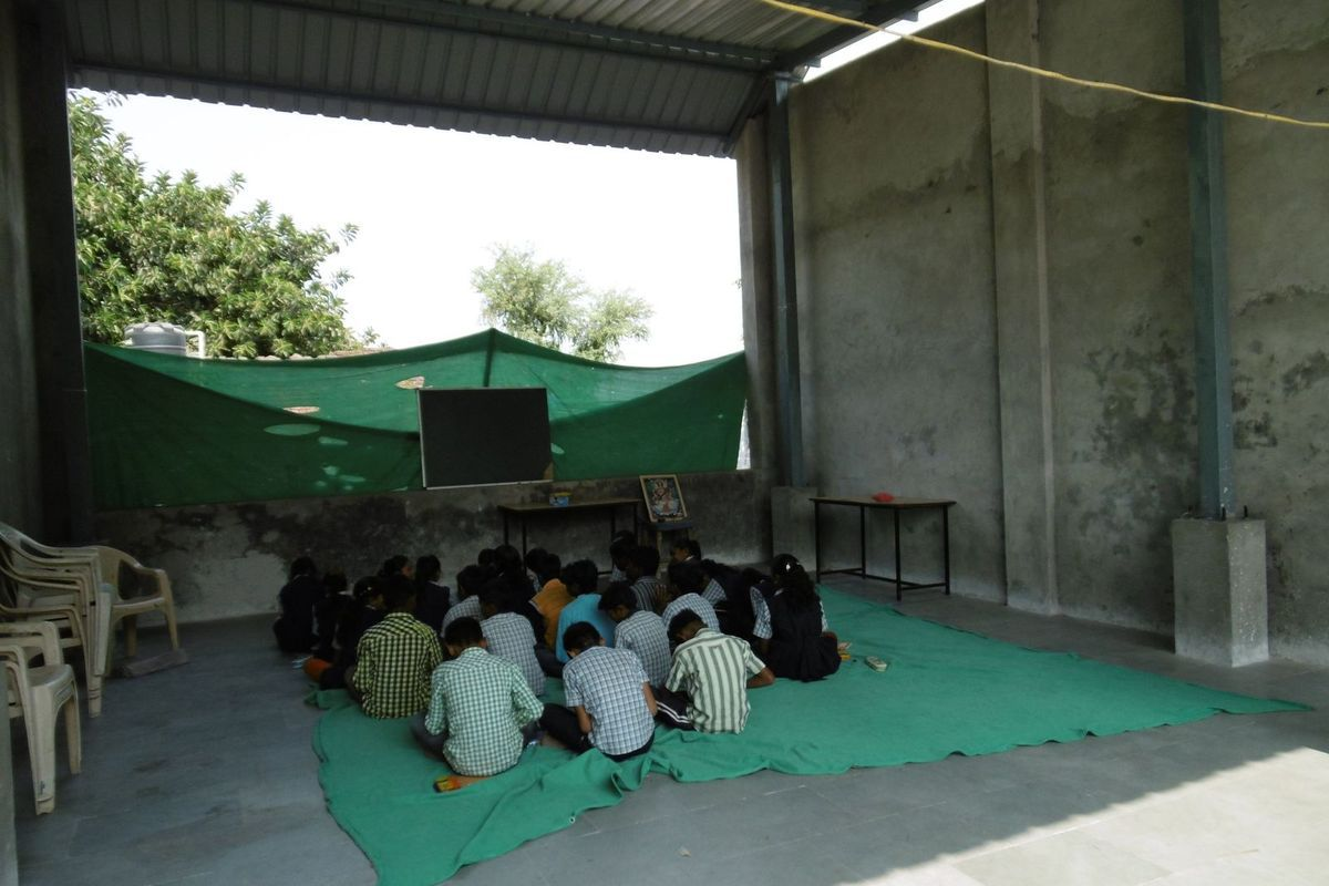 """la """"salle polyvalente"""" où se déroule la prière du matin (école publique, oui, oui !)"""