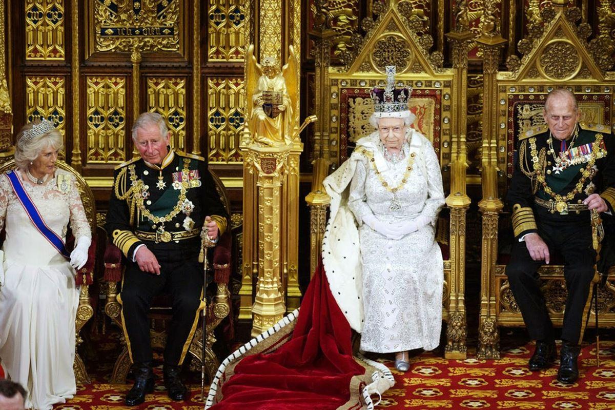 Le sommet de la pyramide - les Rothschild - la Couronne britannique - le Vatican