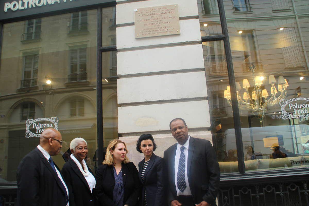 A gauche,Pierre Thomas, délégué Outre-Mer de la ville de Paris discutant avec Jacques Ambrosio, président de l'Acolade &#x3B; à droite de la photo Mme Marie-Thérèse Lacombe, élue du 6ème arrondissement de Paris avec Mme Hélène Bidard adjointe à la Maire de Paris