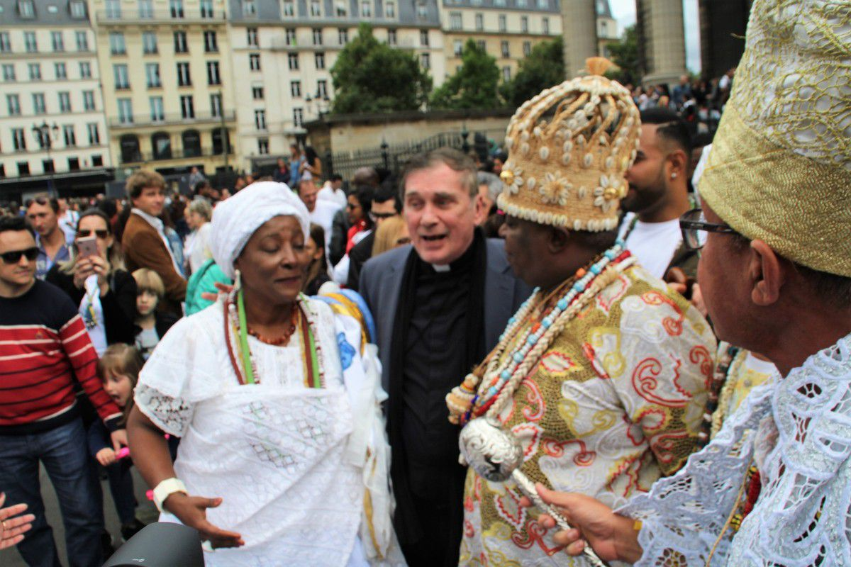 Cristina Cordula et Vincent Cassel au lavage de la Madeleine 2017 à Paris : le 16ème festival culturel brésilien